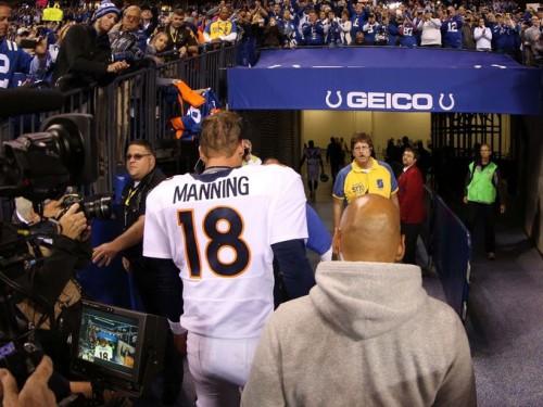 Manning entrando no vestiário depois da derrota para o Indianapolis Colts